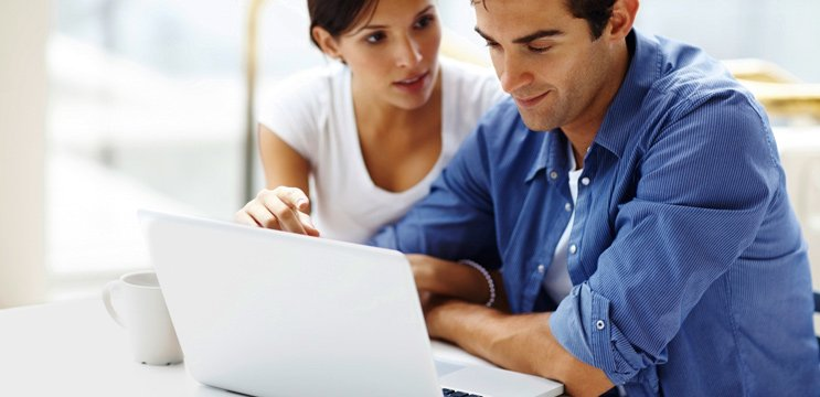 Couple online looking for free marriage counseling