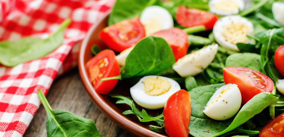 health-benefits-of-eating-spinach-arugula-tomato-egg